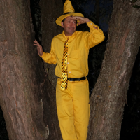 easy family friendly costumes #halloweencostumes #manintheyellowhat #curiousgeorge #costume #familyfriendlycostume